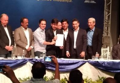 Tom Araújo e prefeito Ari Bahia comemoram com Ministro da Educação, nova escola para Varzedo