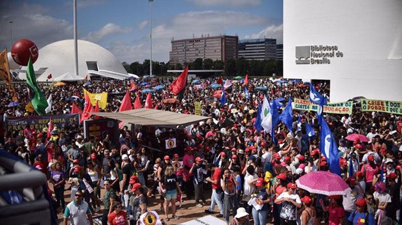 A esquerda promove protestos aproveitando a falta de iformação da população