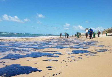 Toneladas de óleo de petróleo estão poluindo as praias de Salvador.